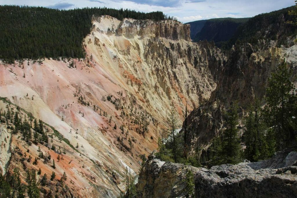 Colourful walls of Yellowstone Canyon