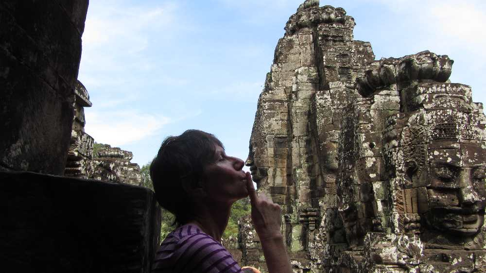 A kiss with the Bayon face